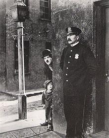 男と少年と警官