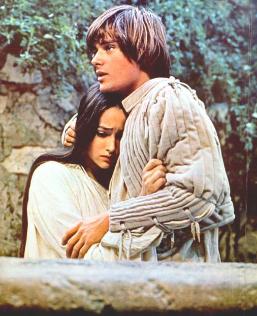 抱擁するロミオとジュリエット