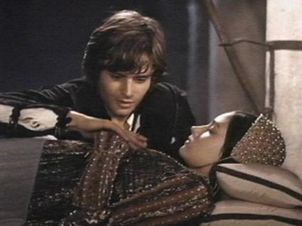 ジュリエットを見つめるロミオ