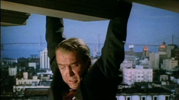 屋根にぶらさがるスコティ