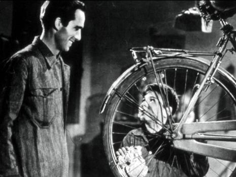 自転車を眺めるブルーノ