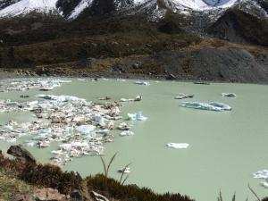 湖に浮かぶ流氷