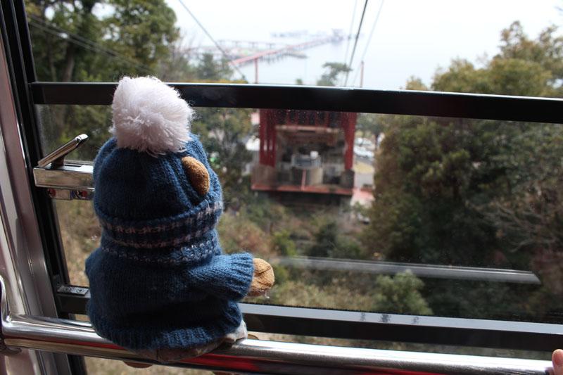 ロープウェイのゴンドラの窓から 120410