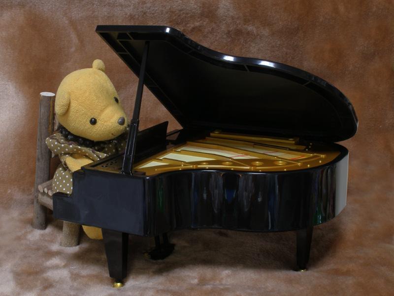 ピアノを弾くくまちゃん-2・800×600