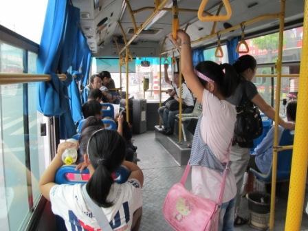 ニンポーのバス内