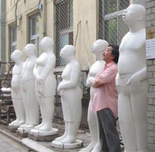 野外彫刻と同じポーズの僕