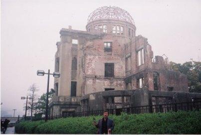 原爆ドーム前土の採取に取り掛かる