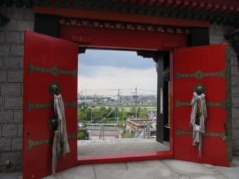 チベット寺院の門