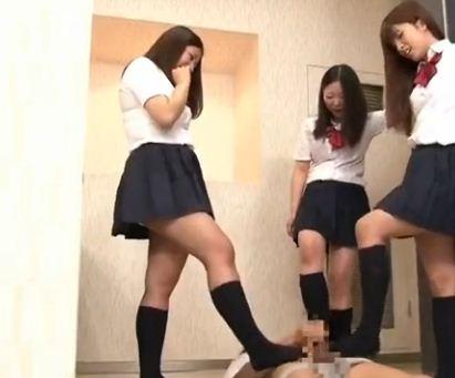 集団の女子高生におしっこをかけられ上履きコキと生足コキのサンプル画像3