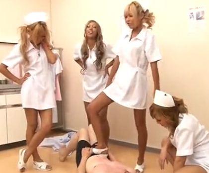 黒ギャルナース達にサンダルコキや生足で足コキされ犯されるのサンプル画像3
