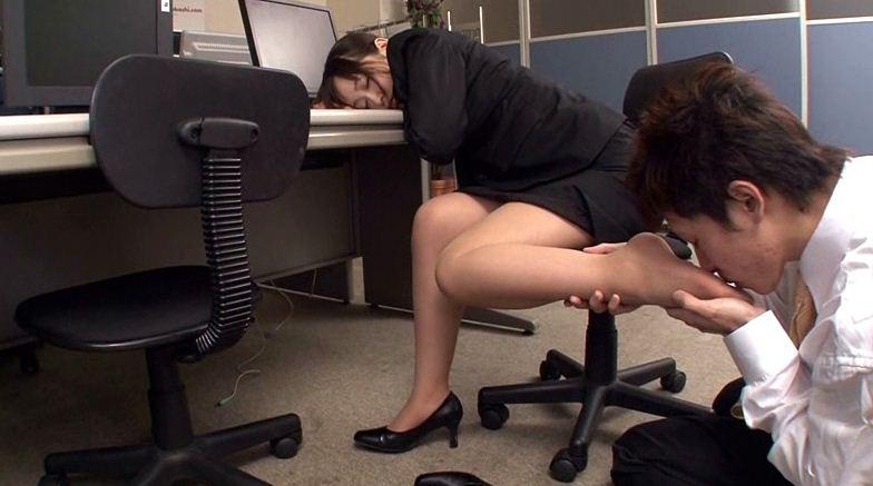 リクルートスーツを着た新入社員の顔騎放尿のサンプル画像5
