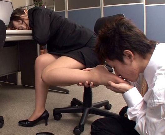 新人OLのパンスト足裏をこっそり足舐めして足コキ射精のサンプル画像2