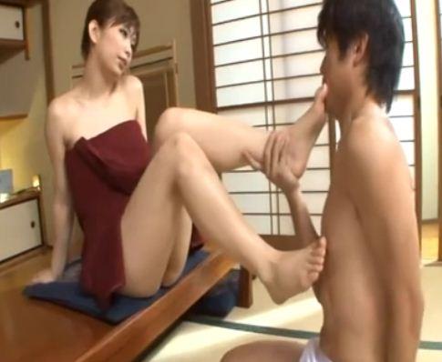ドスケベ熟女のグラマーなムチムチ生足で近親相姦足コキのサンプル画像3