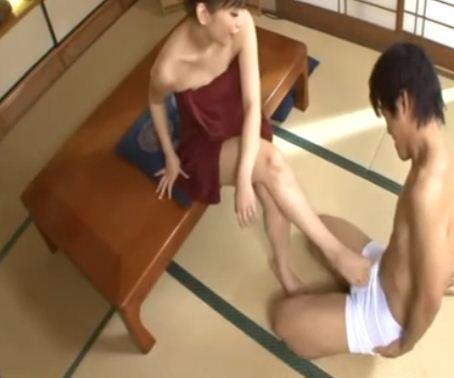ドスケベ熟女のグラマーなムチムチ生足で近親相姦足コキのサンプル画像2