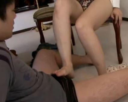 義母の愛乃ゆなが息子のアソコを生足で脚コキし近親相姦のサンプル足フェチDVD画像1