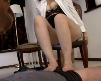 義母の愛乃ゆなが息子のアソコを生足で脚コキし近親相姦のサンプル足フェチDVD画像2