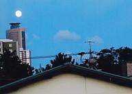 窓から見える月