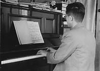 ピアノを弾く高泰夫