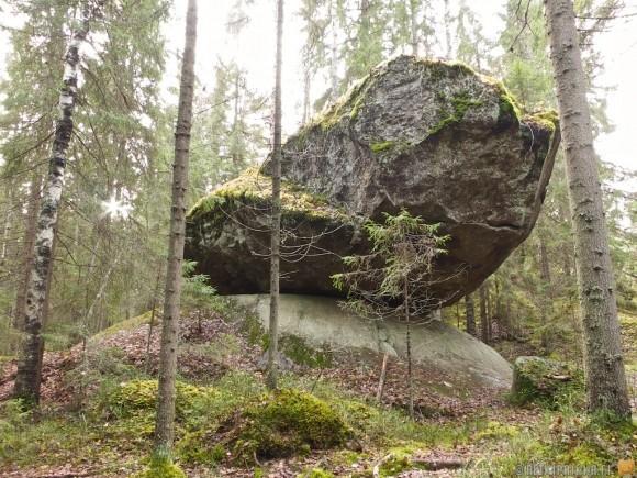 kummakivi-balanced-giant-rock-finland-6-580x435.jpg
