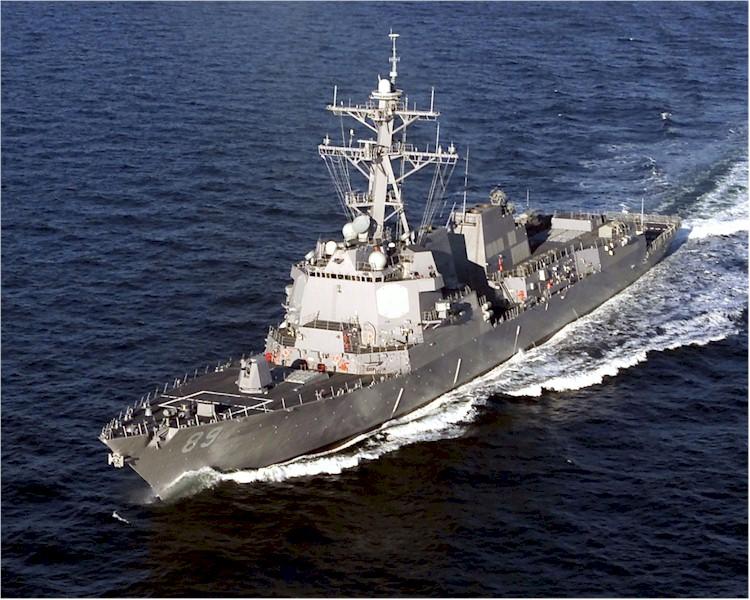 航海中のミサイル駆逐艦マスティン