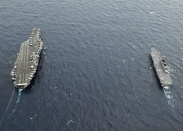 ひゅうがと並んで航行中のG.Washington