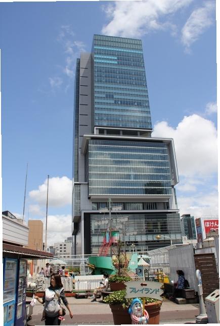 東横店屋上から渋谷ヒカリエを見上げる