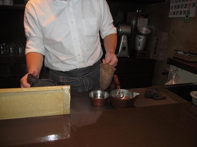 小さな鍋に落ちたコーヒーをカップに注ぎやすい口の尖った鍋に移す