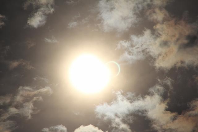 金環日食がほぼ完成。彩雲になっている様子。_2