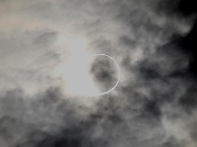 金環日食がほぼ完成。彩雲になっている様子。_5