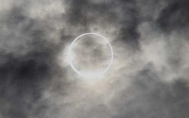 金環日食がほぼ完成。彩雲になっている様子。_10