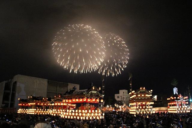 勢ぞろいした笠鉾・屋台の頭上に打ち上げられた花火