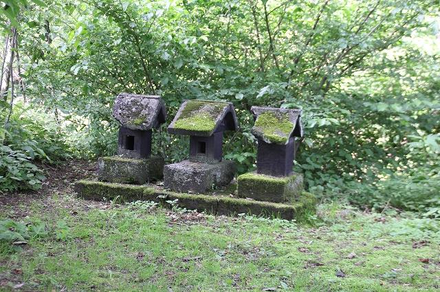 三つの小さな祠