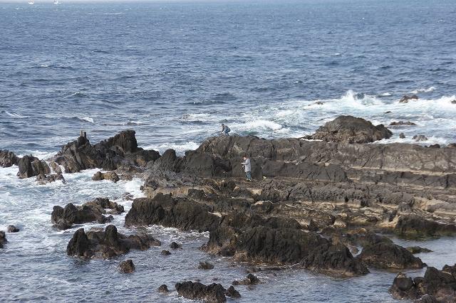 夕日の丘の下の岩礁_4