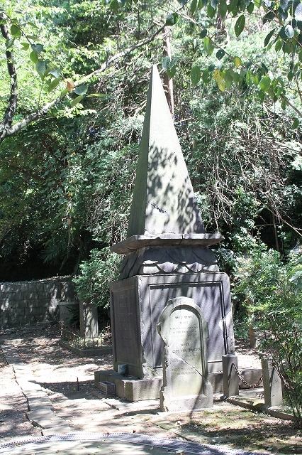 襲撃されたオランダ商船船長の墓
