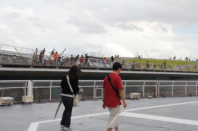 後部の飛行甲板から大桟橋を見る