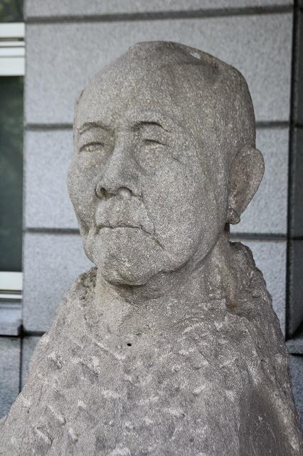 入り口脇にある渋沢栄一の胸像