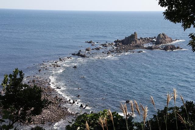 海抜54mの岬から見た三ツ石_1