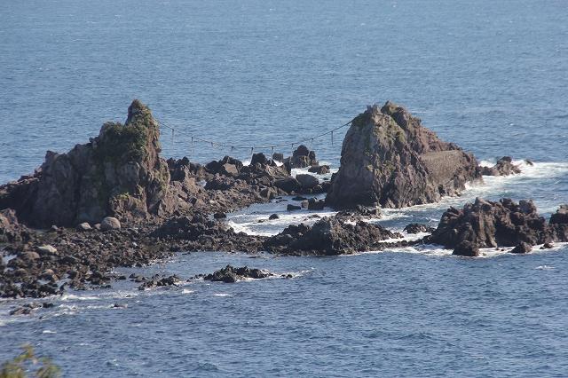 下まで降りて見る三ツ石とその付近_1