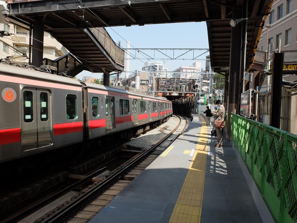 代官山駅のホームなどの様子_2