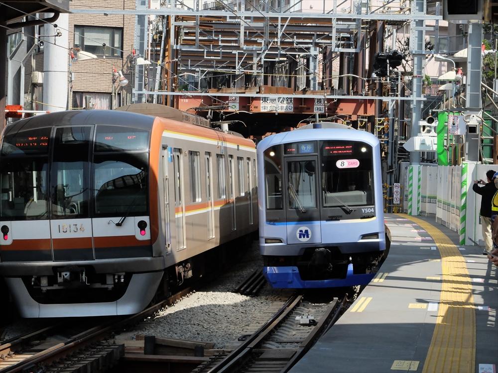 代官山駅渋谷寄りのトンネルから出てきた車両(右)と入る車両(左)