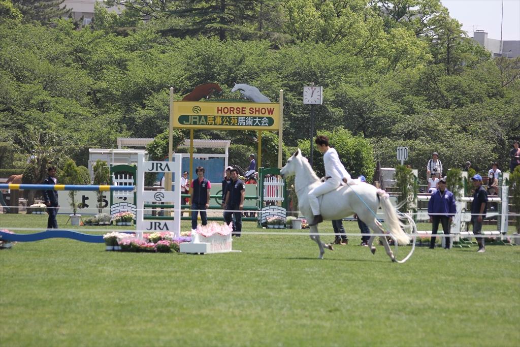 裸馬に騎乗しての縄跳び_3