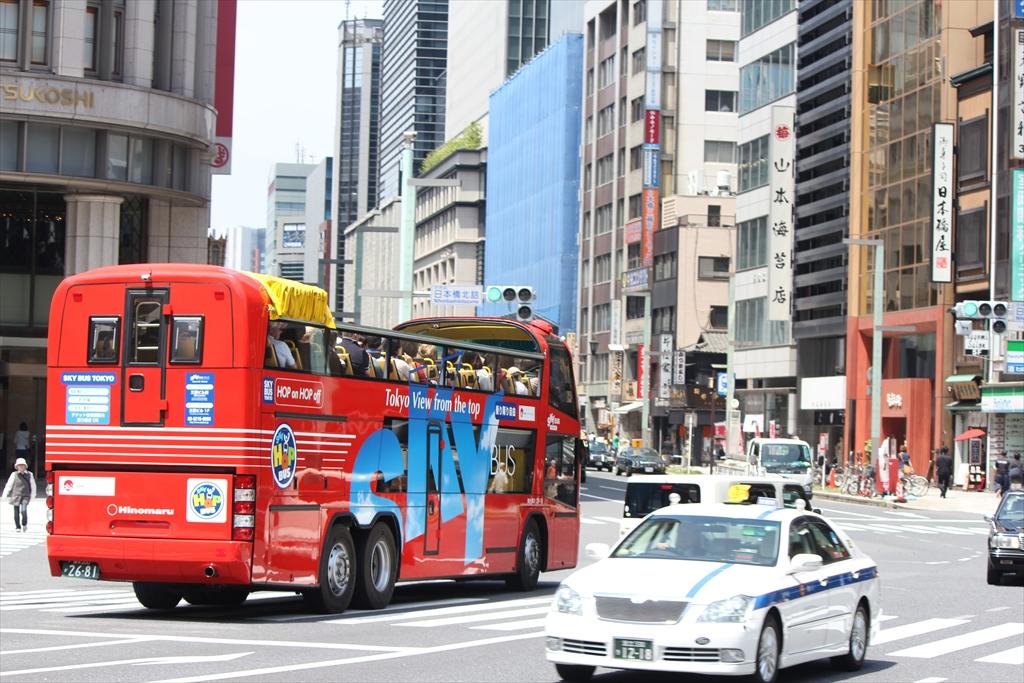 素敵な観光バスも通る