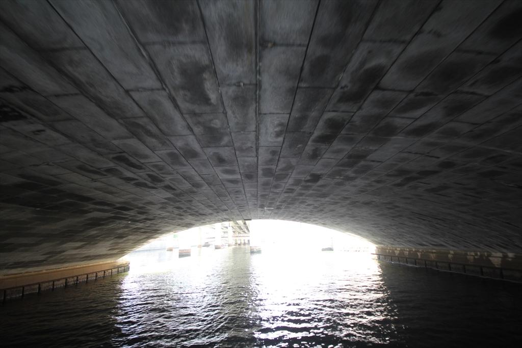 日本橋の橋の下というか裏側というか_4
