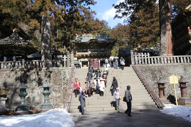 南蛮鉄燈籠(階段右脇)と唐銅燈籠(階段左脇)
