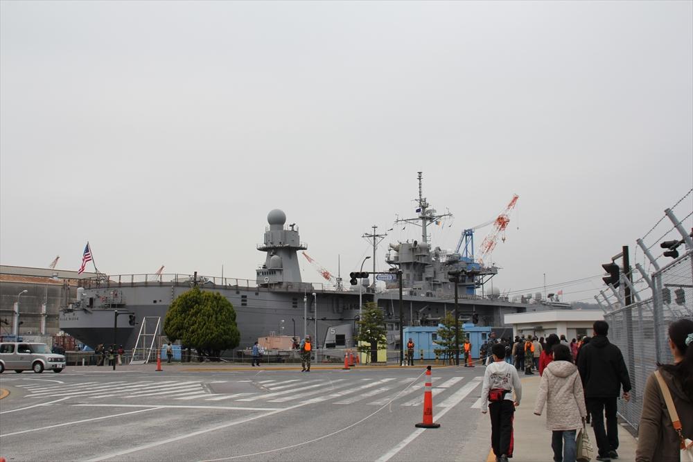 まっさきに見えてきた第7艦隊の旗艦ブルーリッジ_1
