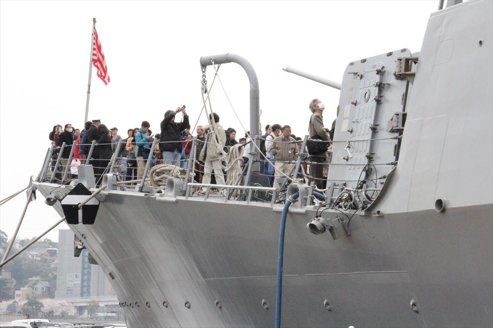 桟橋から見ると艦上には結構な人数が