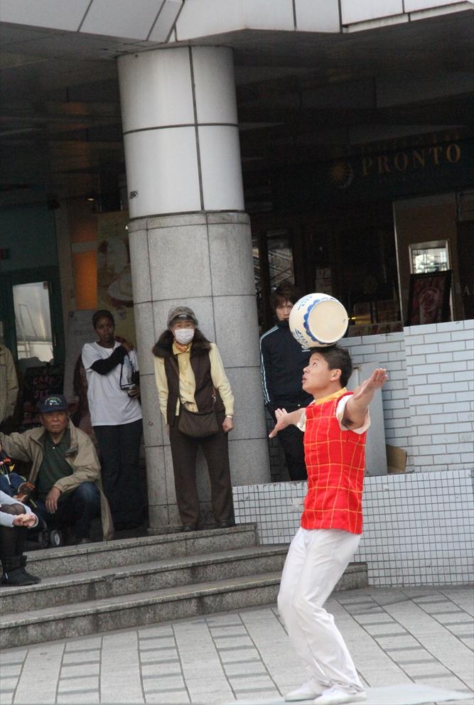 横須賀中央駅前での大道芸_1
