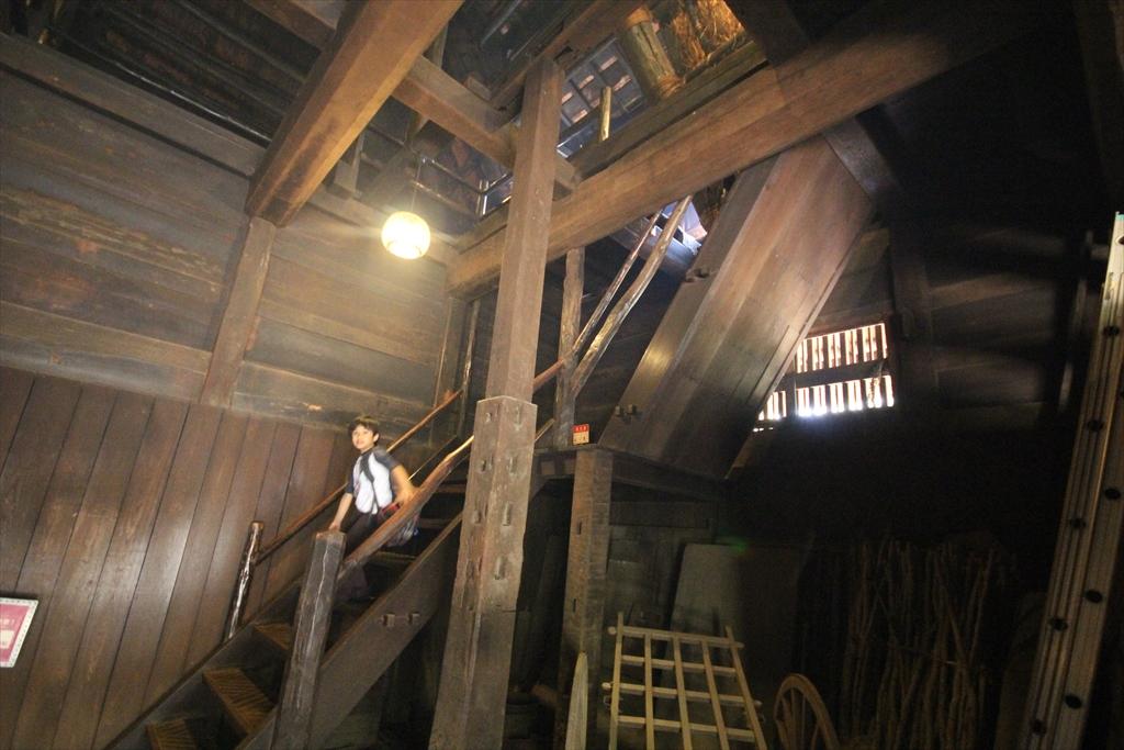 2階へ通じる急階段_1