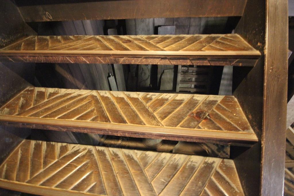 2階へ通じる急階段_2