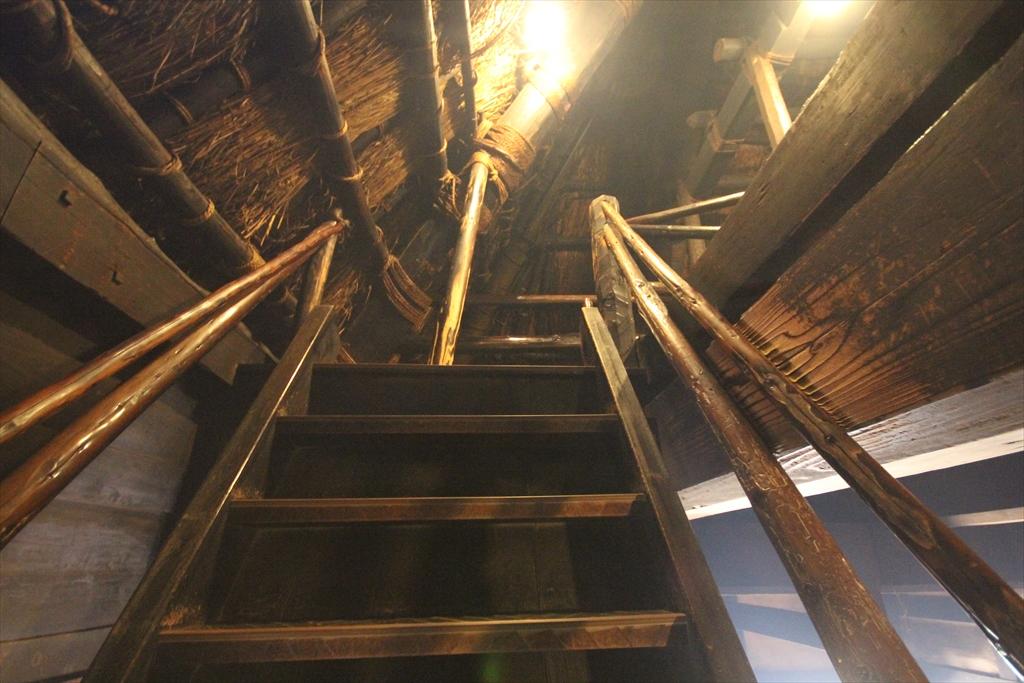 2階へ通じる急階段_3